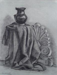 Stilleven met doek, vaas en stenen ornament