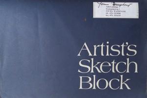 Tekenblok met losse modeltekeningen van naaktmodellen, losse tekeningen van modeltekenaars en verschillende portretten